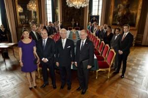 Los miembros del nuevo Gobierno sueco posan junto al rey Carlos Gustavo.